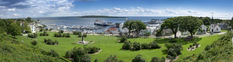 Bella scena panoramica dell'isola Michigan di Mackinac e del porticciolo del porto dello stato immagini stock
