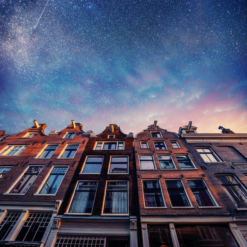 Bella scena tranquilla di Amsterdam Cielo stellato sopra il beautifu fotografie stock