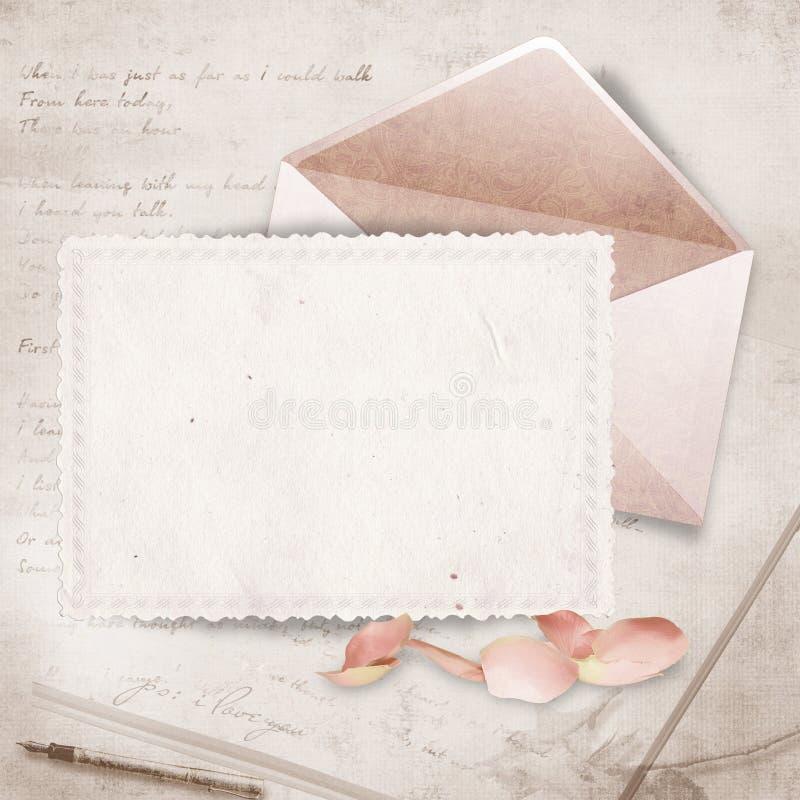 Bella scheda con la busta ed i petali di rosa illustrazione vettoriale