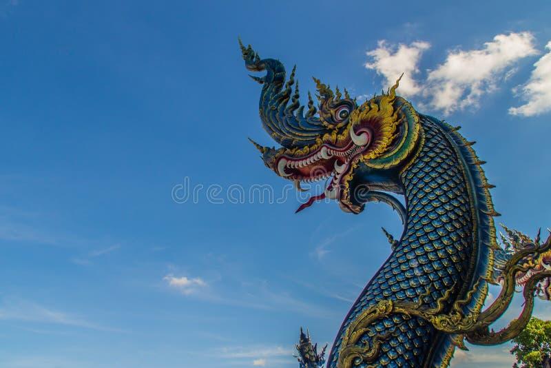 Bella scultura blu del naga con cielo blu e la nuvola bianca sulla t fotografie stock libere da diritti