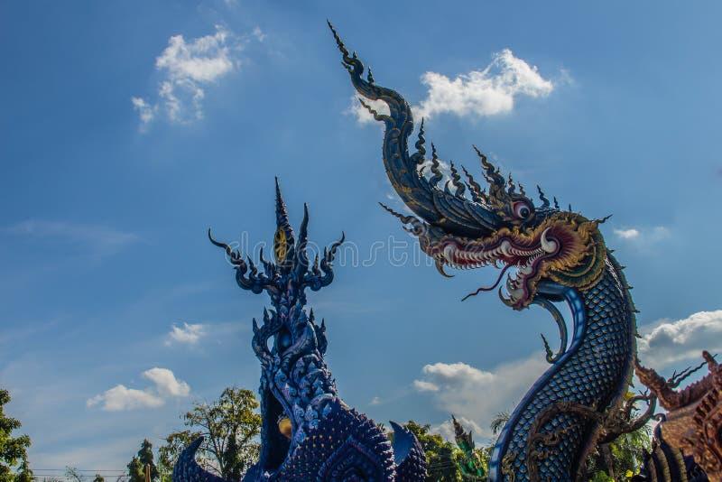 Bella scultura blu del naga con cielo blu e la nuvola bianca sulla t fotografia stock