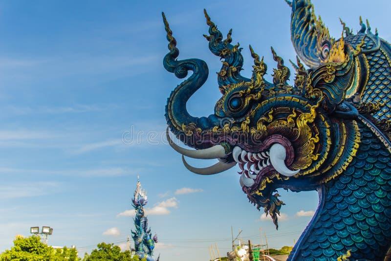 Bella scultura blu del naga con cielo blu e la nuvola bianca sulla t immagini stock