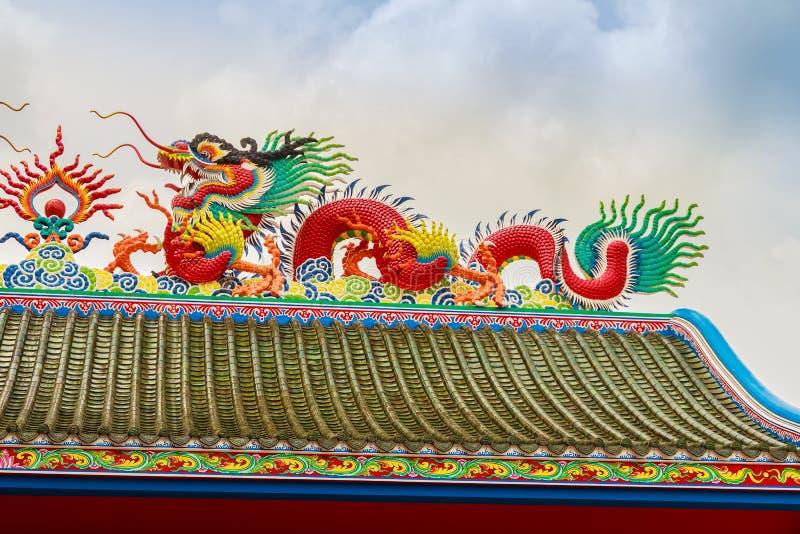 Bella scultura cinese dei draghi al tempio cinese di Anek Kusala Sala Viharn Sien a Pattaya, Tailandia Era nel 1987 costruito fotografia stock