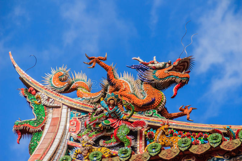 Bella scultura cinese del drago sul tetto a Lungshan Templ fotografia stock libera da diritti