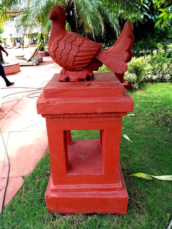 Bella scultura di Parot in giardino fotografia stock