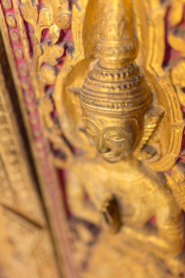 Bella scultura dorata sulla porta del tempio di Wat Sensoukharam in Luang Prabang immagine stock