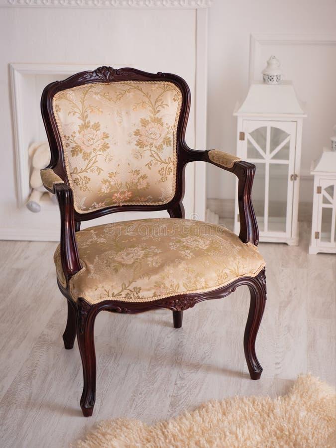 Bella sedia marrone d'annata su fondo bianco fotografie stock