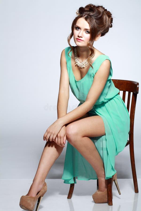Bella seduta del modello di moda immagini stock