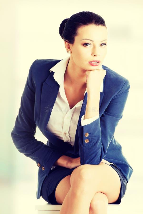Bella seduta della donna di affari immagini stock libere da diritti