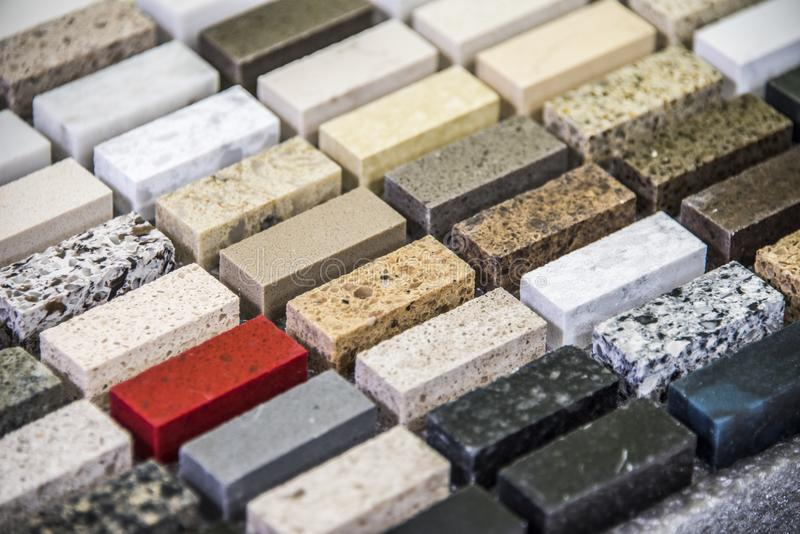 Bella selezione di colore di pietra per i ripiani della cucina Concetto di rinnovamento della cucina immagini stock libere da diritti