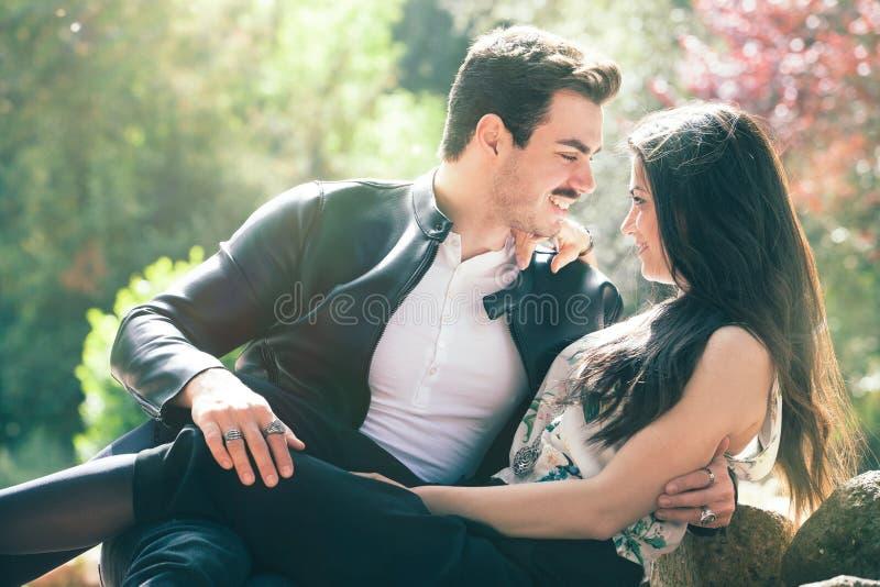 Bella sensazione di amore delle coppie Armonia amorosa Primo bacio romantico fotografia stock libera da diritti