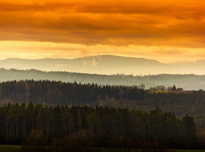 Bella sera di autunno sul punto di vista sopra la valle profonda della foresta fotografia stock libera da diritti