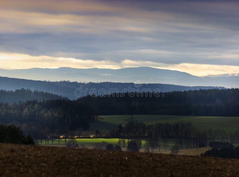 Bella sera di autunno sul punto di vista sopra la valle profonda della foresta fotografia stock