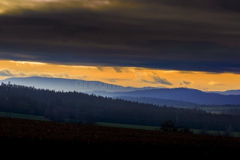 Bella sera di autunno sul punto di vista sopra la valle profonda della foresta fotografie stock