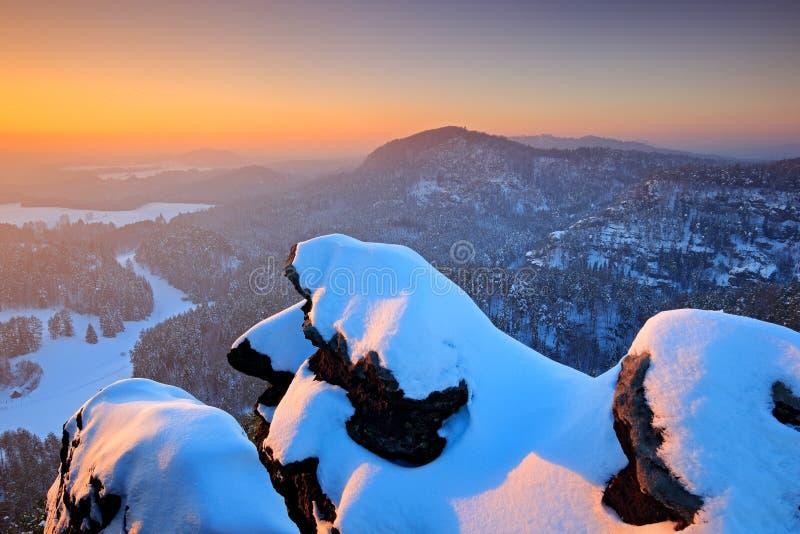 Bella sera nevosa nelle rocce Prima di alba in un bello paesaggio della montagna della Ceco-Sassonia Svizzera Inverno in fotografia stock