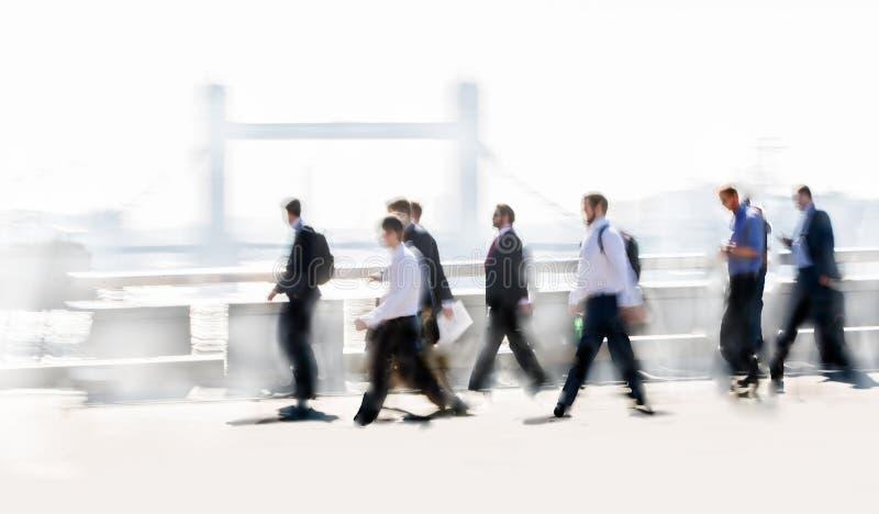 Bella sfuocatura della gente di affari che cammina nella citt? di Londra Ponte della torre ai precedenti Londra, Regno Unito fotografia stock libera da diritti