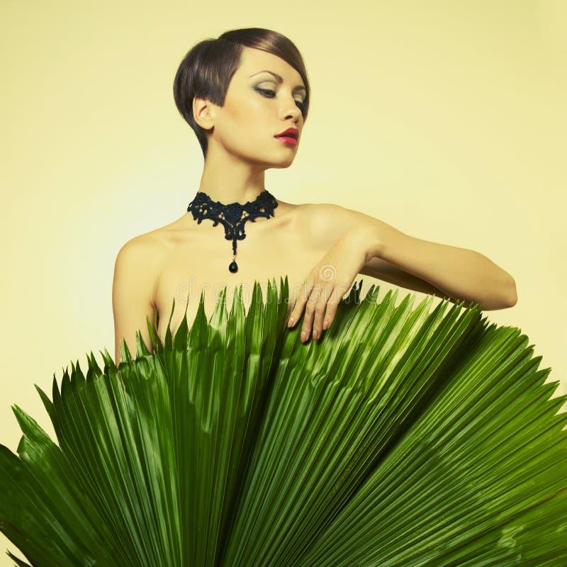 Bella signora con le foglie di palma fotografia stock
