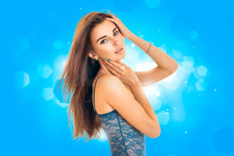 Bella signora delicata in biancheria blu del pizzo fotografia stock