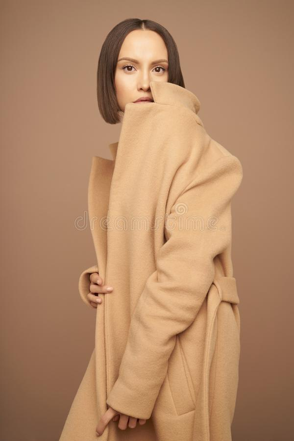 Bella signora di modo in cappotto beige immagini stock libere da diritti