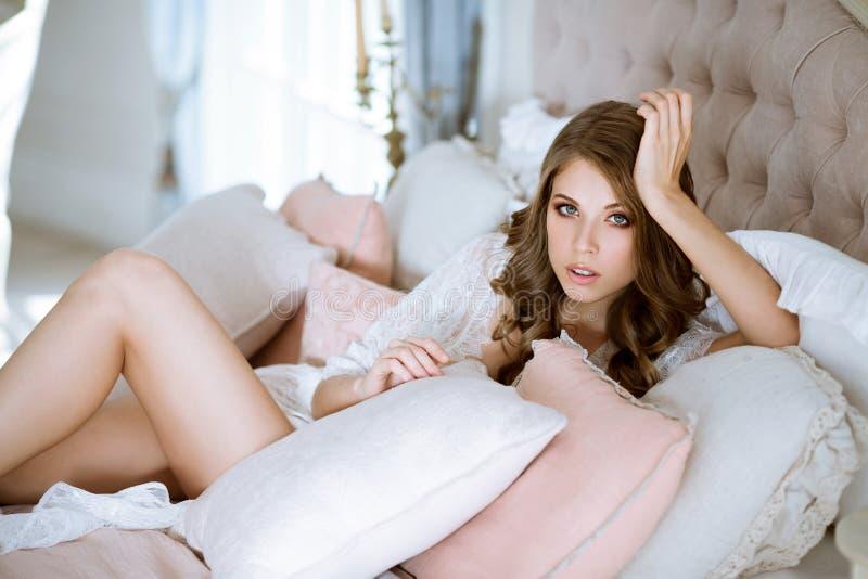 Bella signora sexy in abito bianco elegante immagine stock