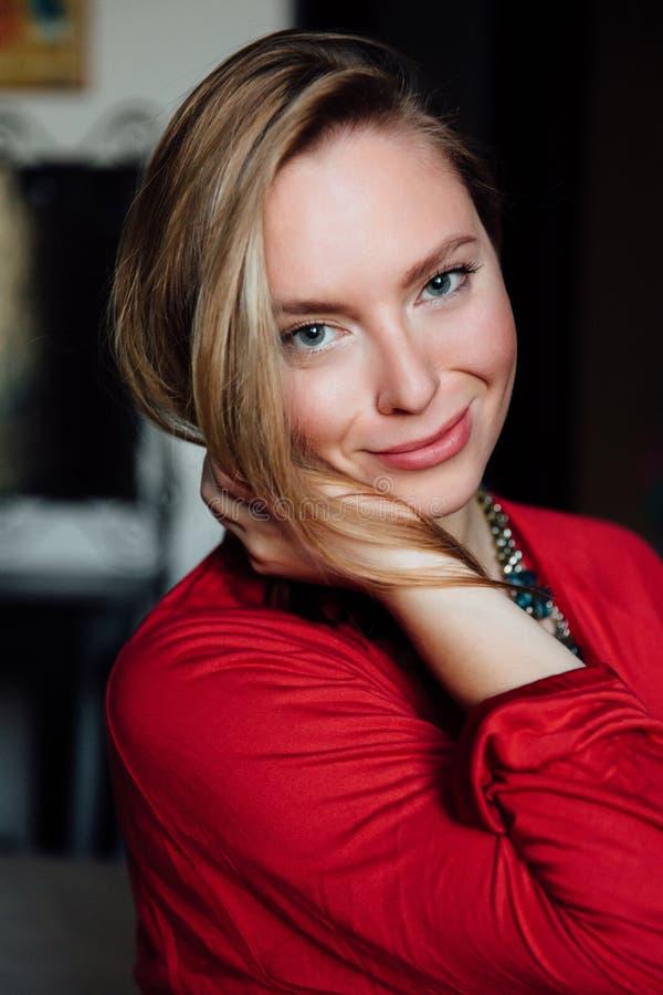 Bella signora sexy in abito rosso elegante Ritratto di modo del modello all'interno fotografia stock