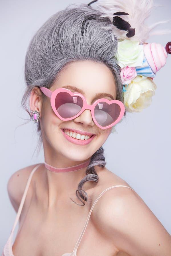 Bella signora sexy dolce con i vetri del cuore Stile dell'annata Foto di modo immagini stock libere da diritti