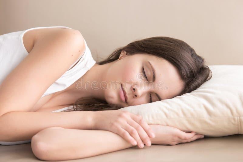 Bella signora stanca che riposa sul sofà a casa immagine stock libera da diritti