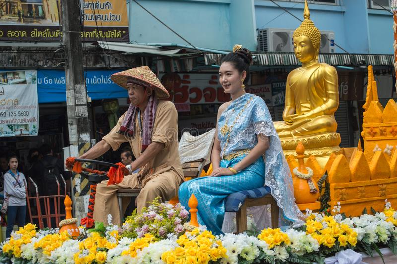 Bella signora sul galleggiante e sfoggiata intorno alla città di Chiang Rai fotografie stock libere da diritti