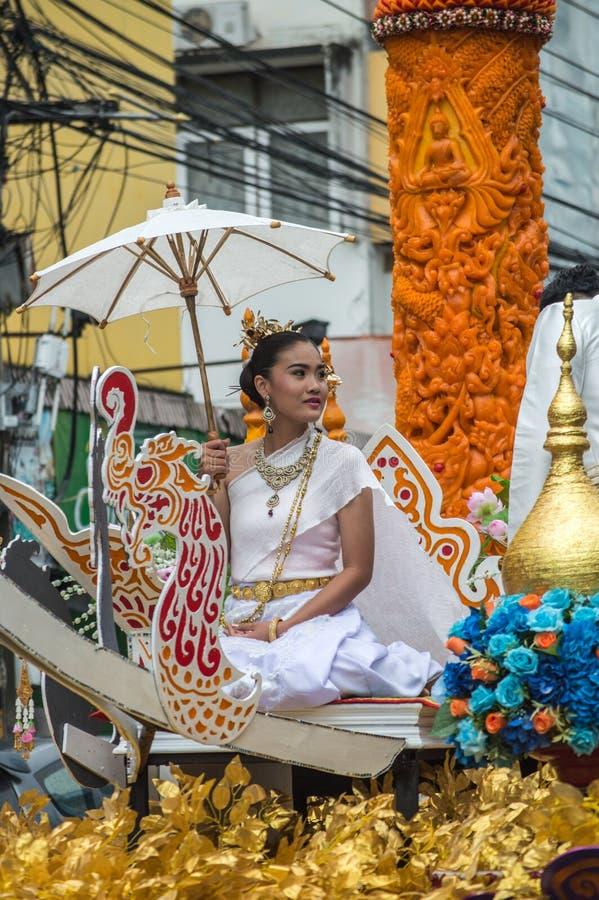 Bella signora sul galleggiante e sfoggiata intorno alla città di Chiang Rai fotografia stock