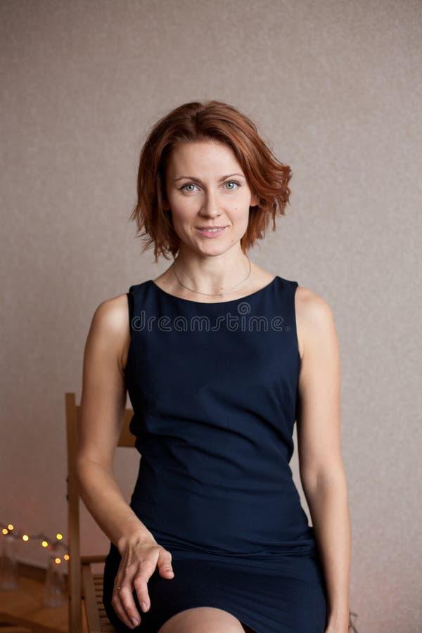 Bella signora in vestito da cocktail nero elegante da sera fotografia stock libera da diritti