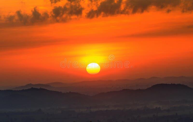 Download Bella Siluetta Del Cielo Di Alba Fotografia Stock - Immagine di montagna, brillantemente: 30830418