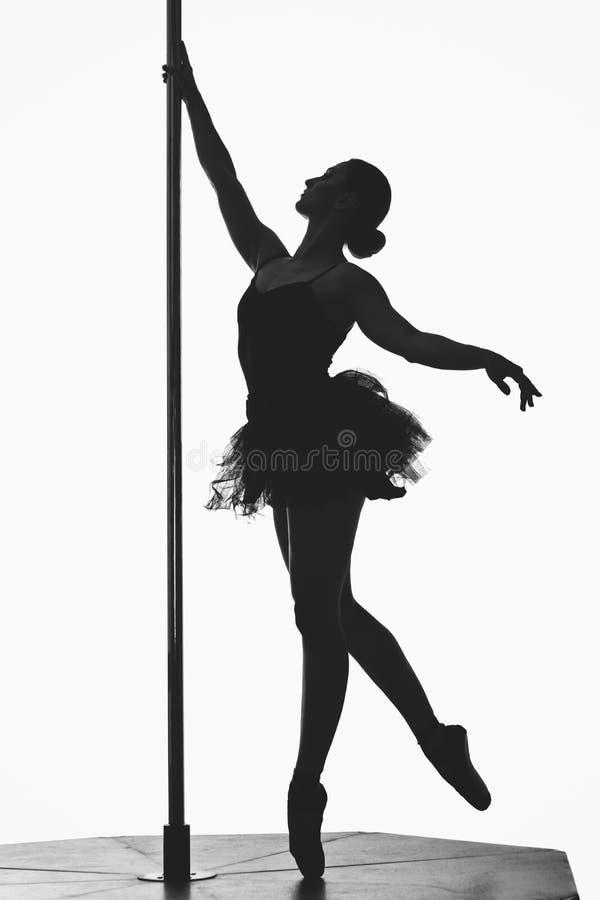 Bella siluetta della ragazza del ballerino del palo immagine stock