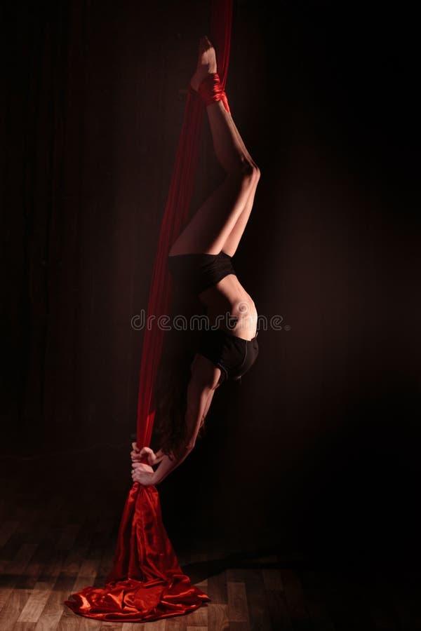 Bella siluetta di una ragazza che fa un esercizio relativo alla ginnastica fotografia stock libera da diritti