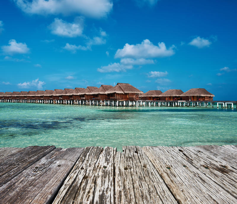 Download Bella Spiaggia Con I Bungalow Dell'acqua Immagine Stock - Immagine di maldives, molo: 55351711