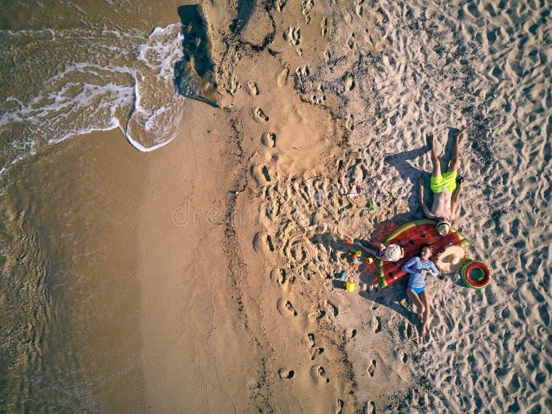 Bella spiaggia con il colpo di punto di vista superiore della famiglia fotografia stock