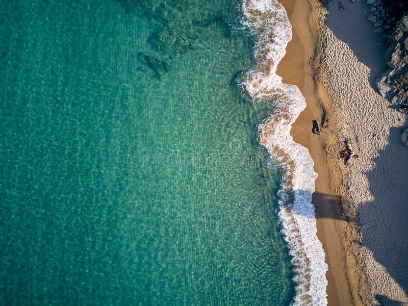 Bella spiaggia con il colpo di punto di vista superiore della famiglia immagini stock