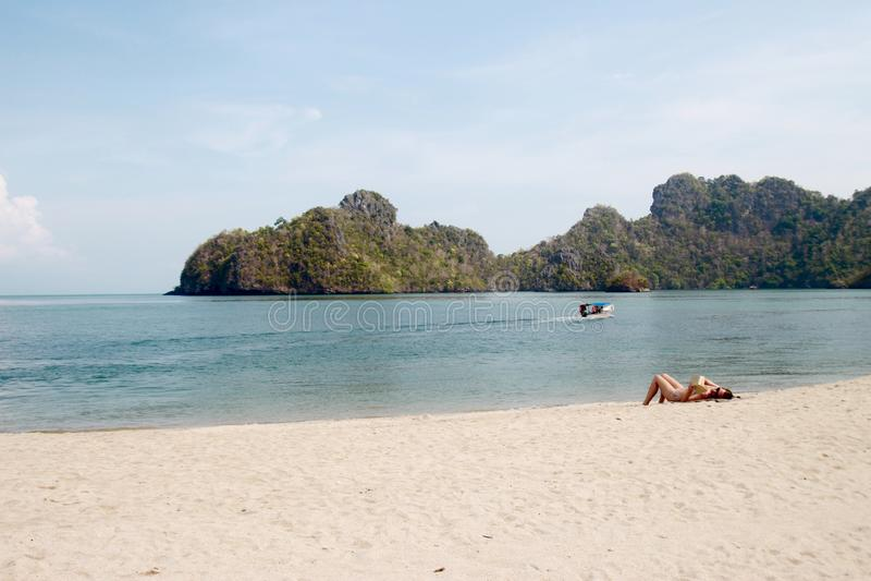 Bella spiaggia con il rilassamento della gente fotografia stock libera da diritti