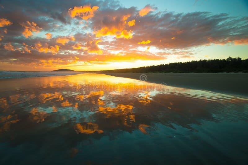 Bella spiaggia con il tramonto fotografie stock libere da diritti