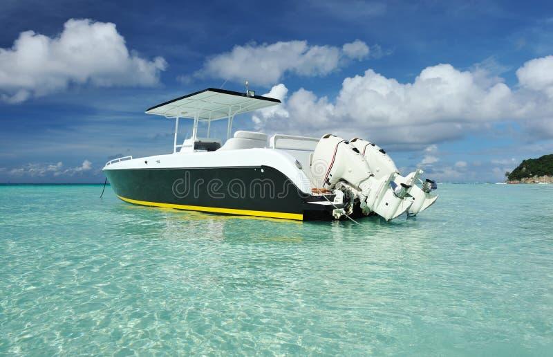 Bella spiaggia con l'imbarcazione a motore fotografia stock libera da diritti