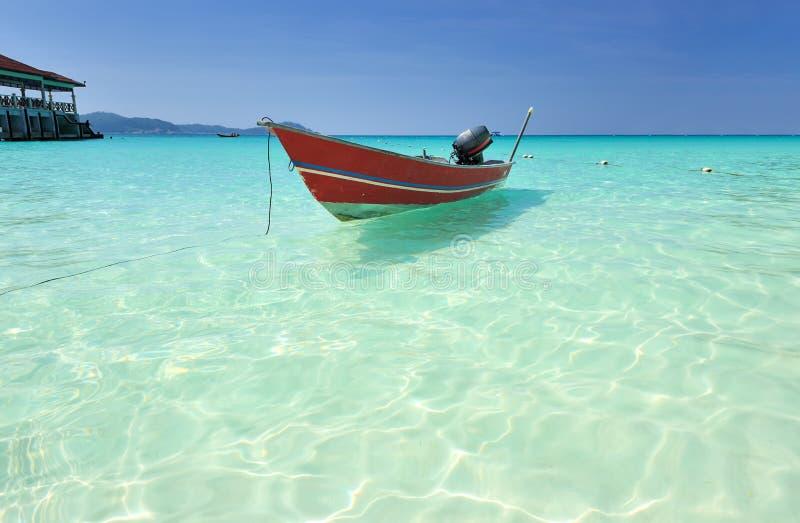 Bella spiaggia con l'imbarcazione a motore fotografie stock