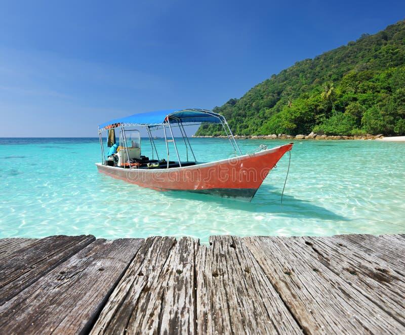 Bella spiaggia con l'imbarcazione a motore fotografia stock