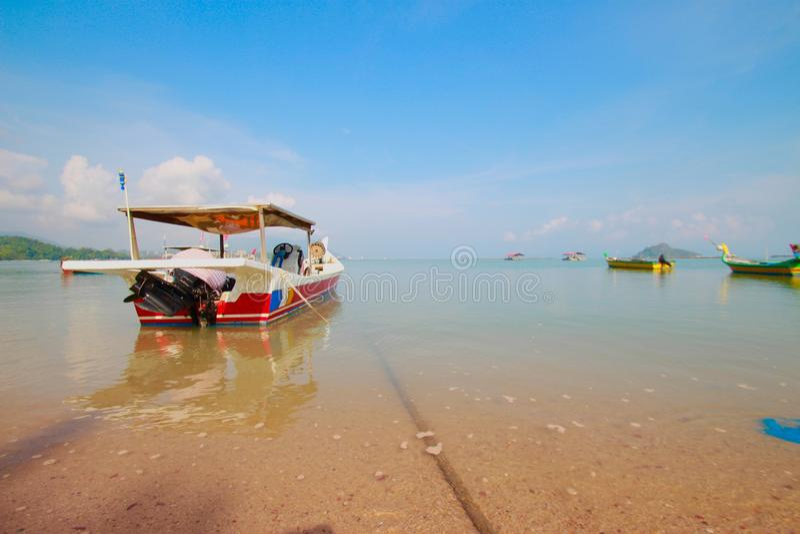 Bella spiaggia con la piccola barca immagini stock libere da diritti