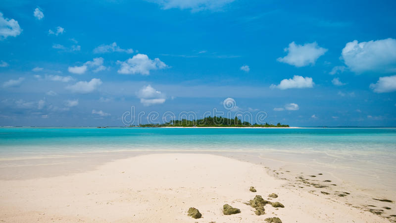 Bella spiaggia con vista ad un'isola tropicale immagini stock