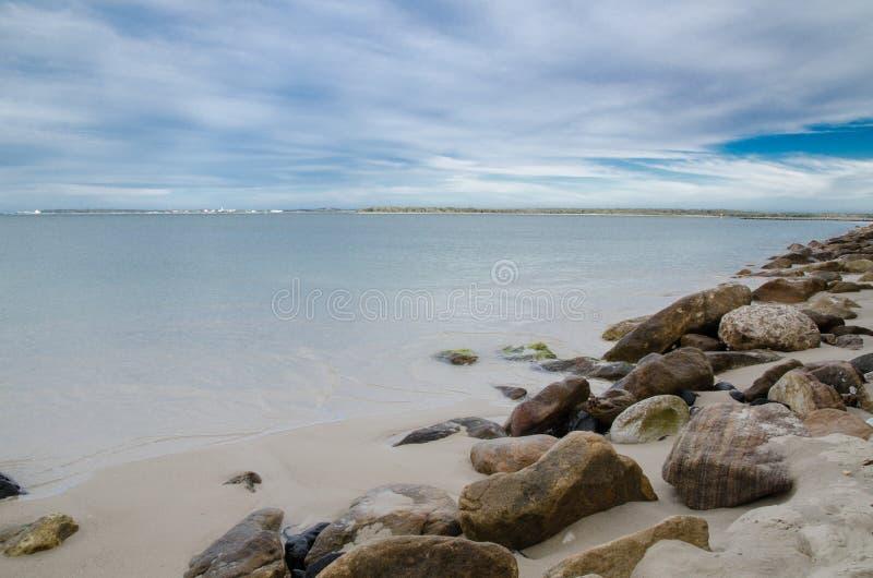 Bella spiaggia della roccia con il giorno del cielo nuvoloso a Brighton le sands, Sydney, Australia immagini stock