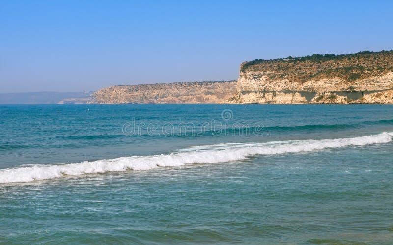 Bella spiaggia di Kourion in una bella giornata di sole Limassol, Cipro fotografia stock libera da diritti