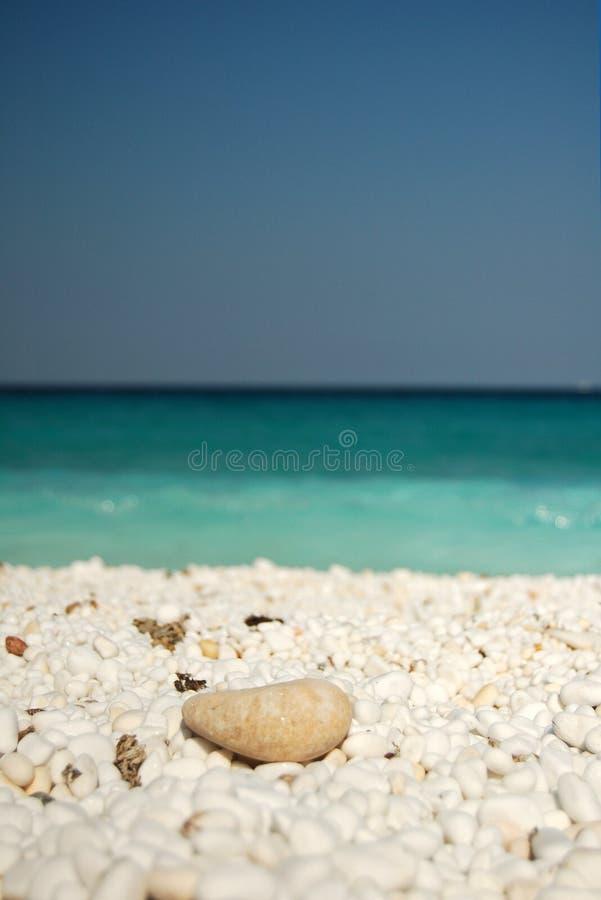 Bella spiaggia di marmo mediterranea fotografia stock libera da diritti
