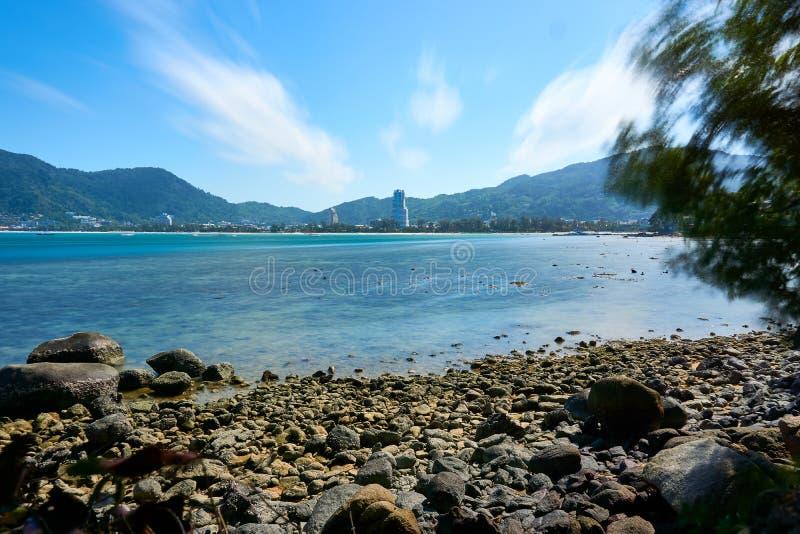 Bella spiaggia di Patong del paesaggio cielo soleggiato all'estate, attrazioni famose nell'isola di Phuket della Tailandia fotografia stock