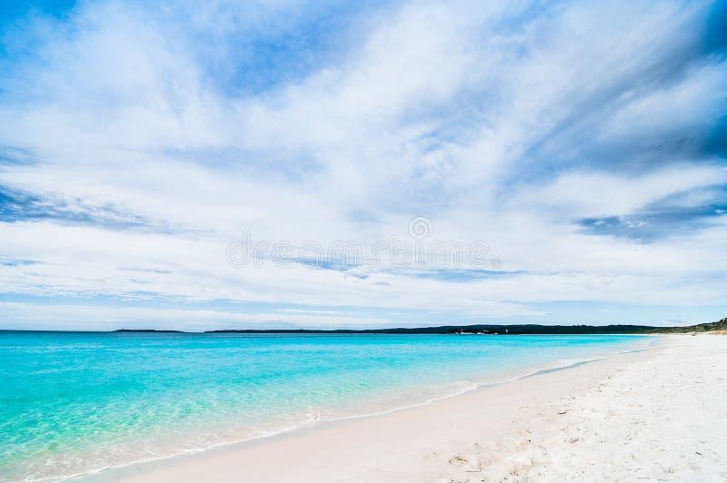 Bella spiaggia di sabbia bianca tropicale nello spazio blu del cielo blu e della laguna L'Australia, spiaggia di Hyams, NSW fotografia stock libera da diritti