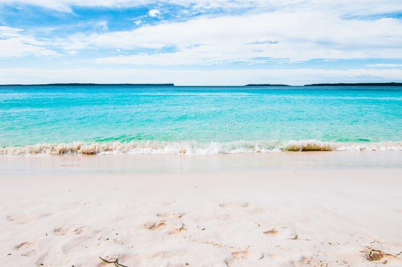 Bella spiaggia di sabbia bianca tropicale nello spazio blu del cielo blu e della laguna L'Australia, spiaggia di Hyams, NSW fotografia stock