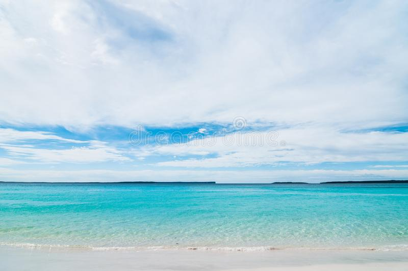 Bella spiaggia di sabbia bianca tropicale nello spazio blu del cielo blu e della laguna L'Australia, spiaggia di Hyams, NSW immagine stock libera da diritti